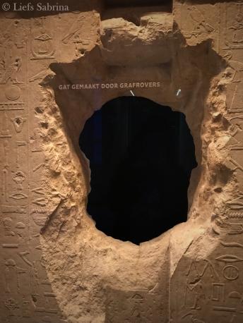 Gat in een de wand van een oude tombe. Gemaakt door grafrovers.