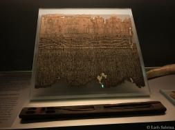 Papyrus met schrijfwaar. De dunne stokjes van riet werden gebruikt om mee te schrijven.